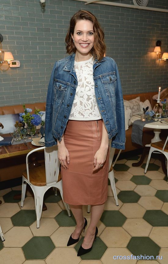 cf Mandy-Moore-denim-jacket-styling-trick